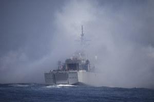 フレアの煙に突入する掃海母艦「うらが」