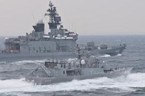 2009年の観艦式から ミサイル艇「おおたか」と護衛艦「くらま」